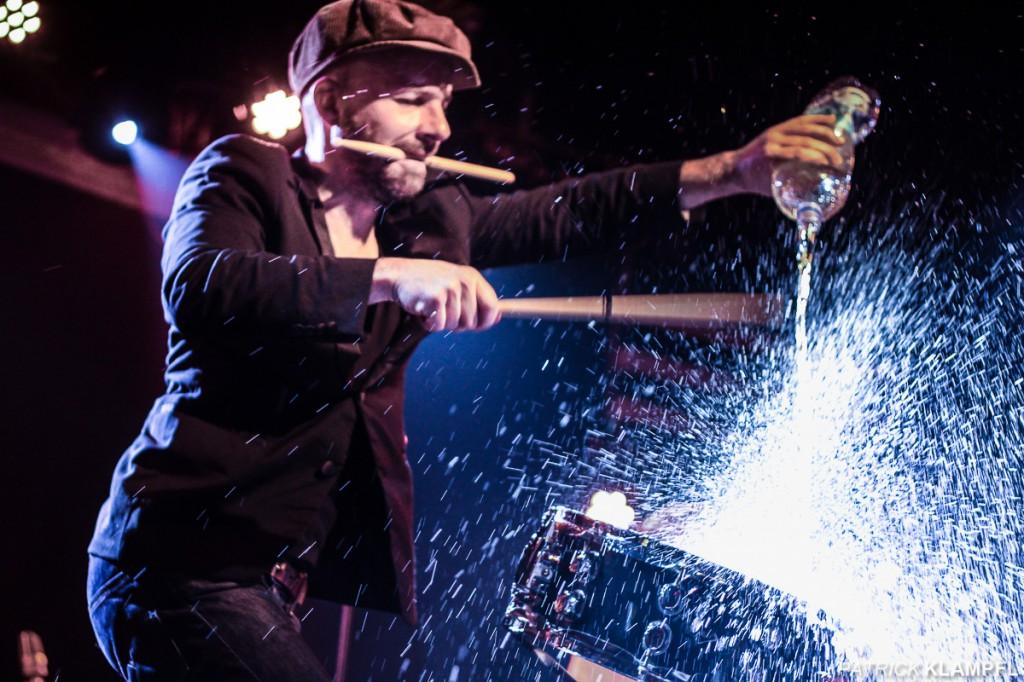 Shantel - Das auf eine Trommel geschüttete Wasser mit dem gegenlicht geben ein spannendes Motiv ab.